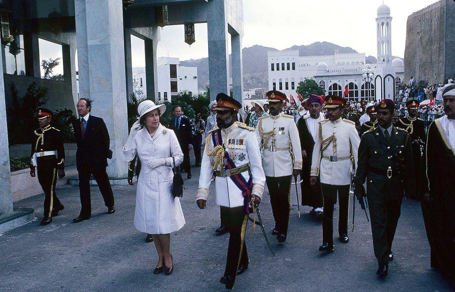 Le sultan Qaboos d'Oman avec la reine Elizabeth II à Mascate, le 28 février 1979