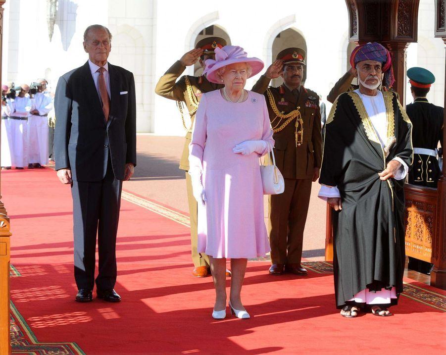 Le sultan Qaboos d'Oman avec la reine Elizabeth II et le prince Philip à Mascate, le 26 novembre 2010