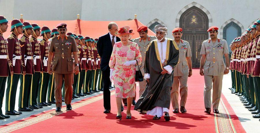 Le sultan Qaboos d'Oman avec la reine Elizabeth II et le prince Philip à Mascate, le 28 novembre 2010