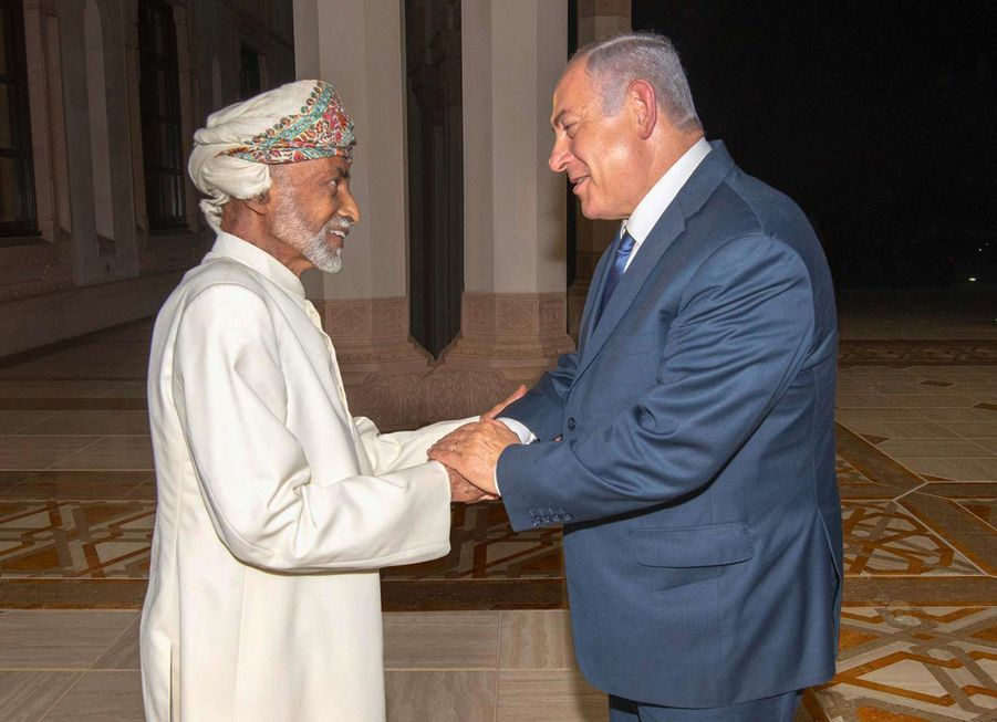 Le sultan Qaboos d'Oman avec le Premier ministre d'Israël Benjamin Netanyahu à Mascate, le 26 octobre 2018