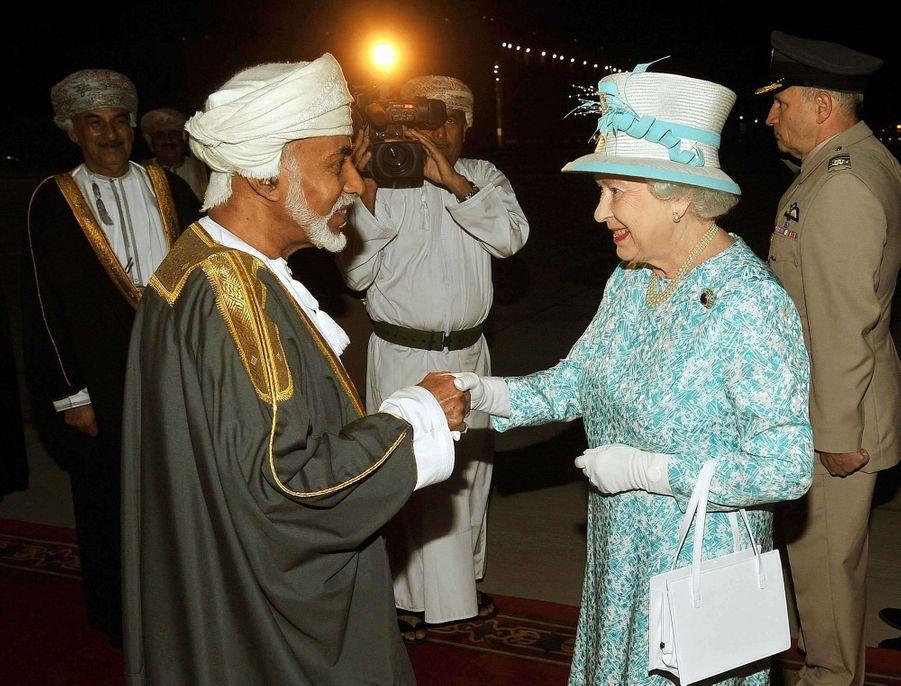 Le sultan Qaboos d'Oman avec la reine Elizabeth II à Mascate, le 25 novembre 2010