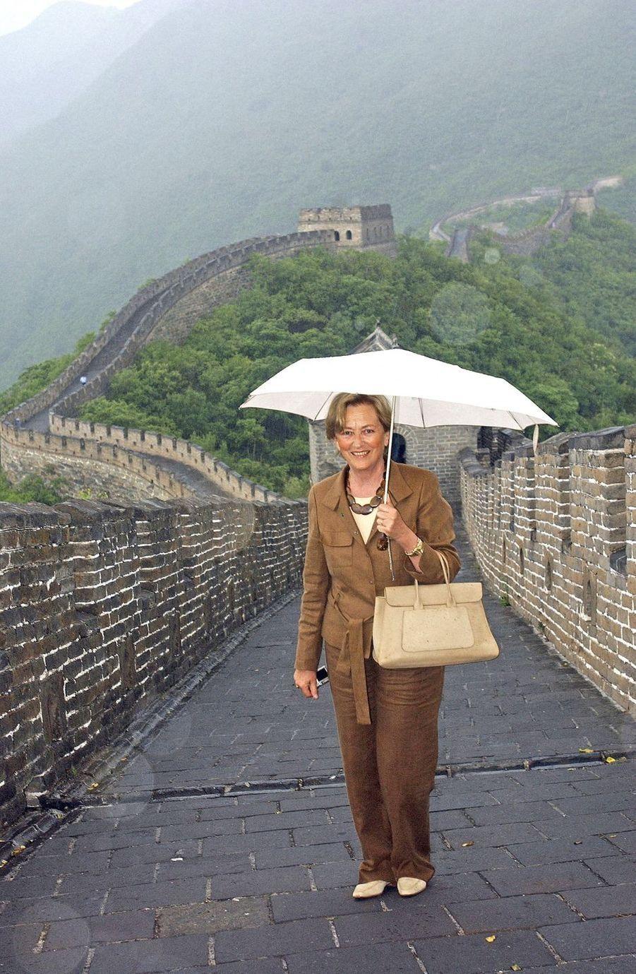 La reine des Belges Paola sur la Grande Muraille de Chine, le 5 juin 2005