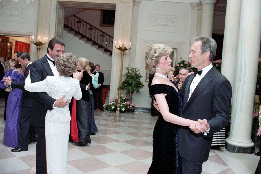 La princesse Diana dansant avec Clint Eastwood à la Maison Blanche à Washington, le 9 novembre 1985