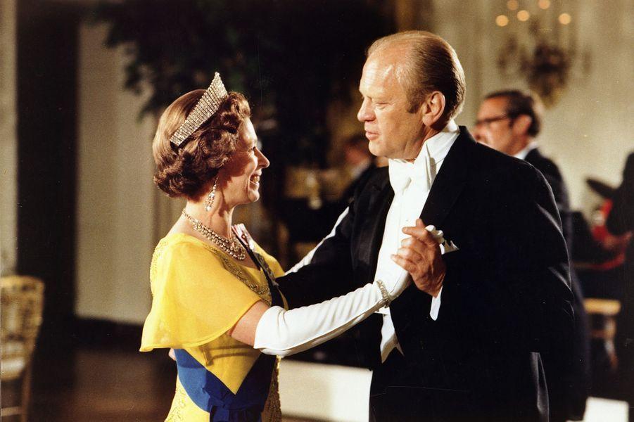 La reine Elizabeth II dansant avec le président des Etats-Unis Gerald Ford à la Maison Blanche à Washington, en 1976