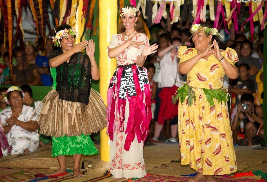 Kate Middleton, duchesse de Cambridge, dansant le fatele à Funafuti dans l'archipel des Tuvalu, le 18 septembre 2012