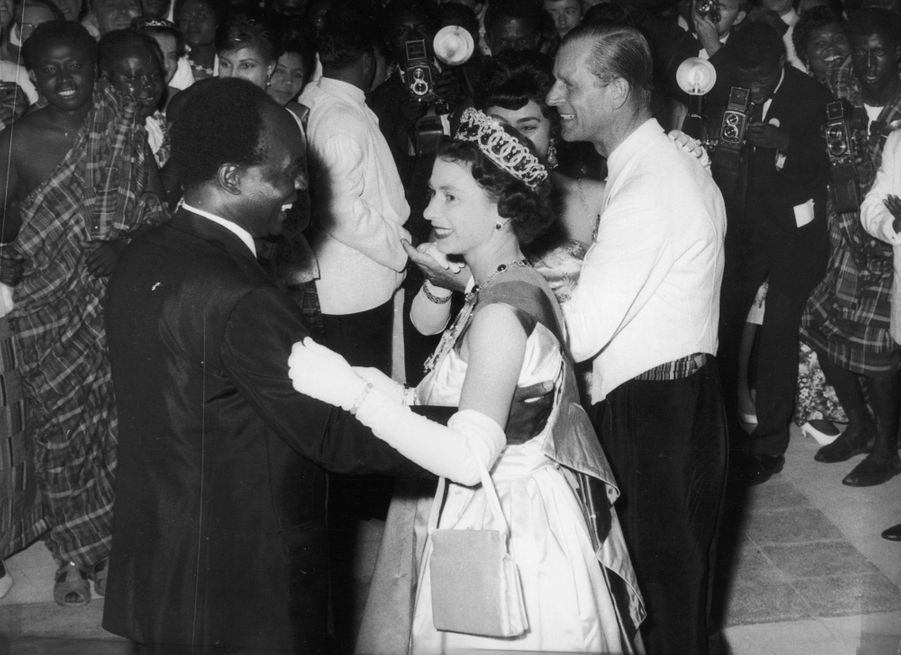 La reine Elizabeth II dansant avec le président du GhanaKwame Nkrumah à Accra, et le prince Philip, le 20 novembre 1961