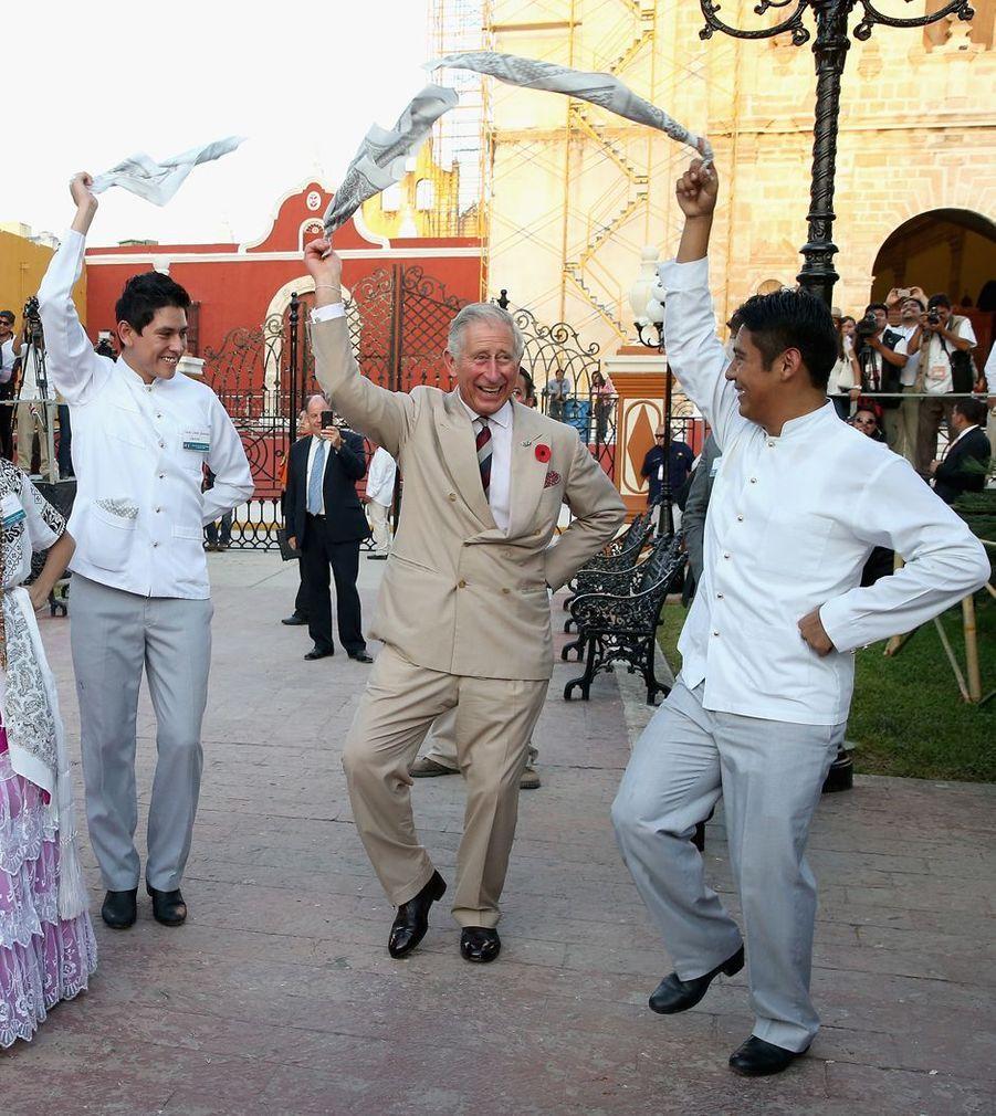 Le prince Charles dans une danse du foulard à Campeche au Mexique, le 4 novembre 2014