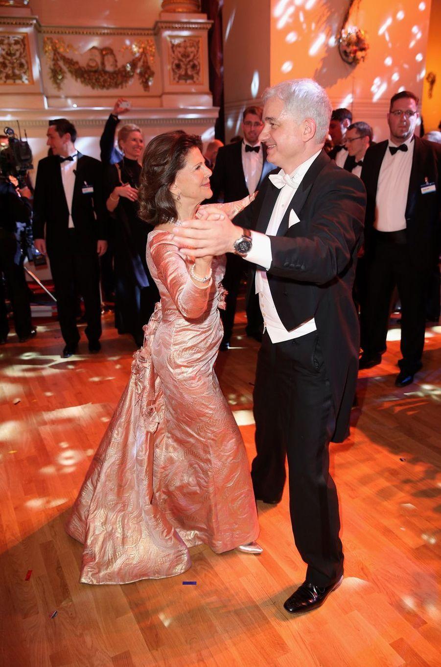 La reine Silvia de Suède dansant avec Hans-Joachim Frey à Dresde en Allemagne, le 7 février 2014