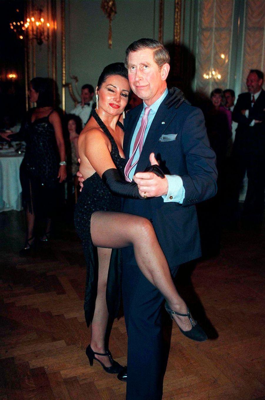 Le prince Charles dansant le tango argentin à Buenos Aires, le 9 mars 1999