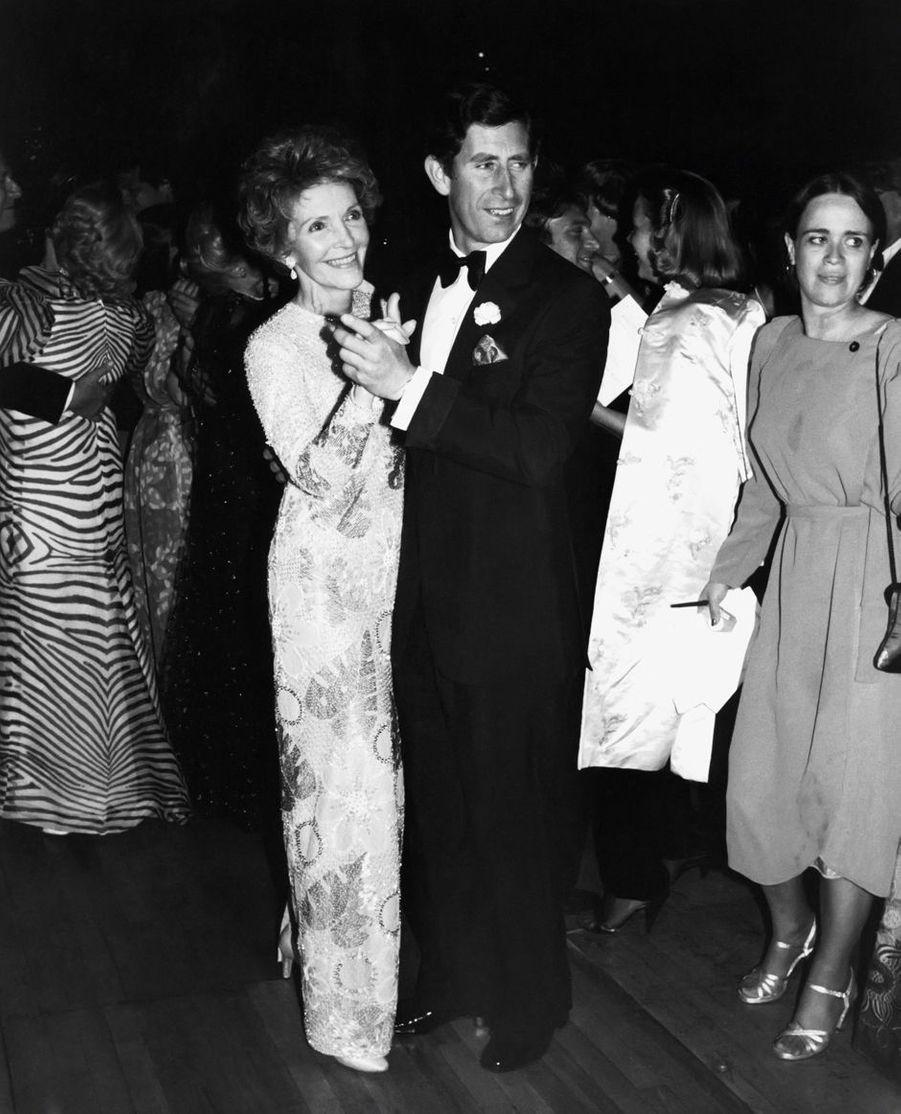Le prince Charles dansant avec Nancy Reagan à la Maison Blanche à Washington, le 9 novembre 1985