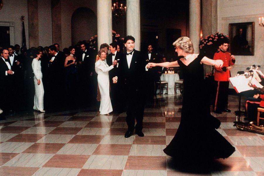 La princesse Diana dansant avec John Travolta à la Maison Blanche à Washington, le 9 novembre 1985