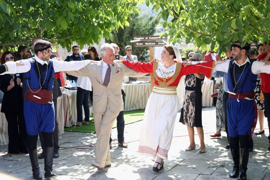 Le prince Charles dansant le sirtaki en Crête, le 11 mai 2018
