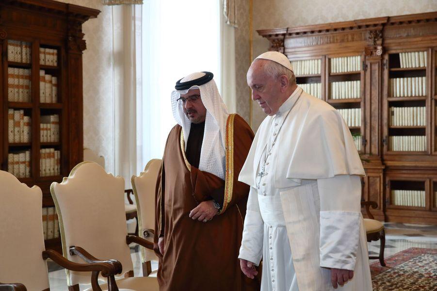 Le prince héritier de Bahreïn Salman bin Hamad Al Khalifa avec le pape François au Vatican, le 3 février 2020