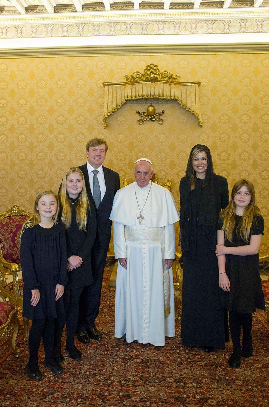 La reine Maxima et le roi Willem-Alexander des Pays-Bas et leurs filles avec le pape François au Vatican, le 25 avril 2016