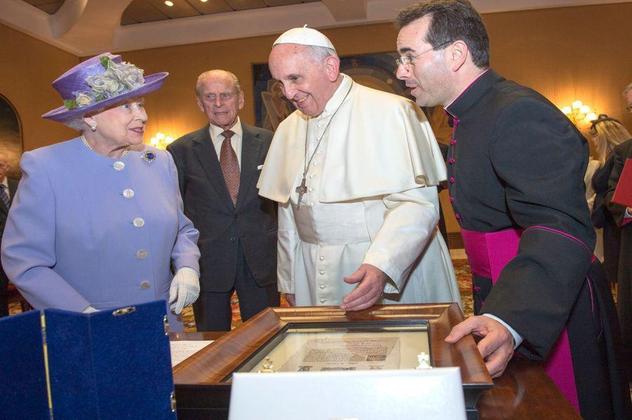 La reine Elizabeth II et le prince Philip avec le pape François au Vatican, le 3 avril 2014
