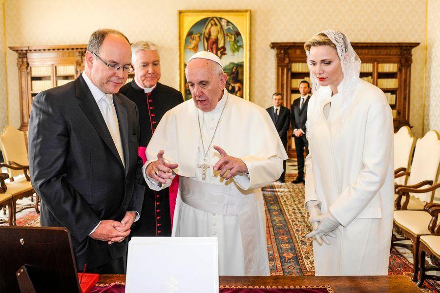 Le prince Albert II de Monaco et la princesse Charlène avec le pape François au Vatican, le 18 janvier 2016
