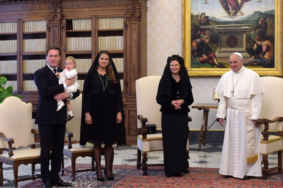 La reine Silvia de Suède, les princesses Madeleine et Leonore et Christopher O'Neill avec le pape François au Vatican, le 27 avril 2015