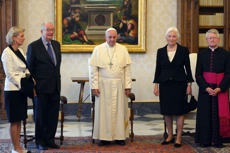 L'ancienne reine Paola, l'ancien roi des Belges Albert II et la princesse Astrid de Belgique avec le pape François au Vatican, le 26 avril 2014