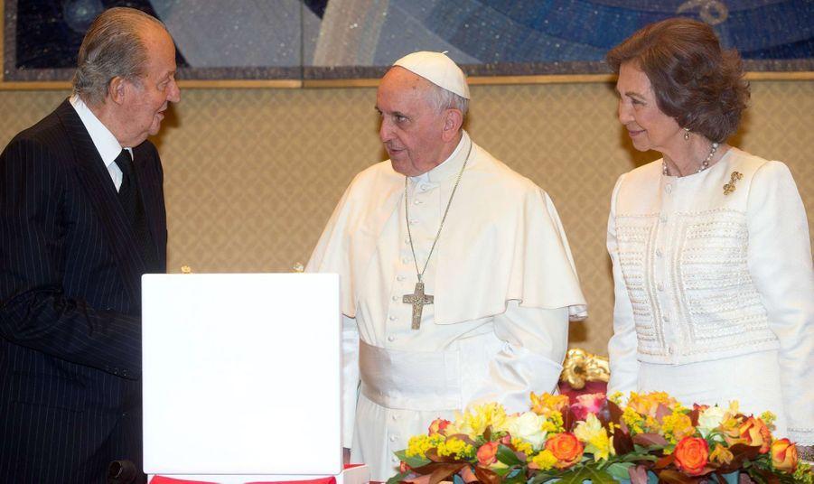 La reine Sofia et le roi Juan Carlos d'Espagne avec le pape François au Vatican, le 28 avril 2014