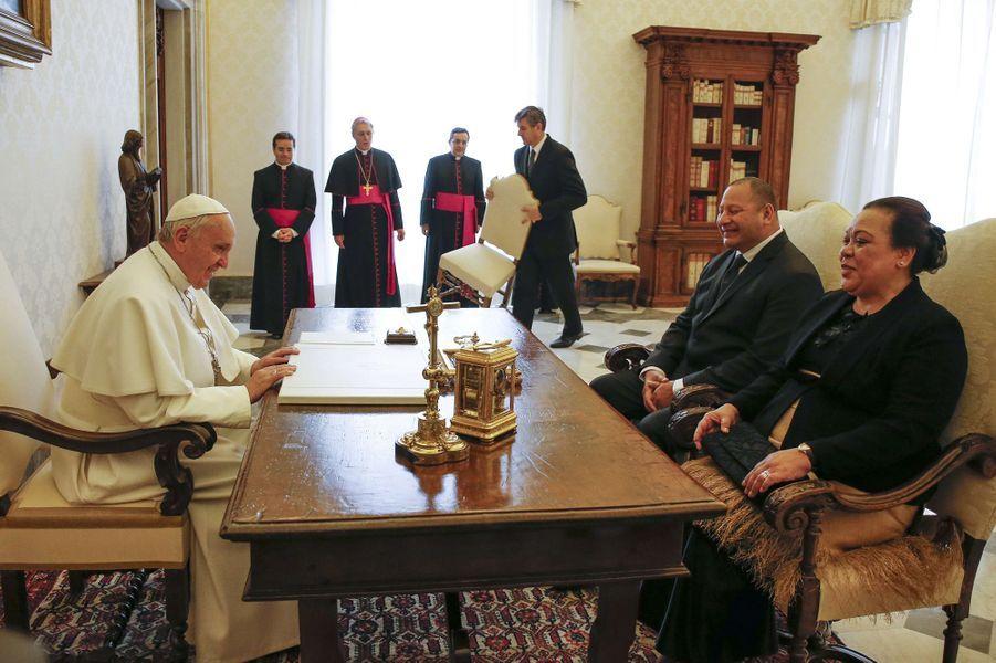 Le roi Tupou IV du Tonga et la reine Nanasipau'u avec le pape François au Vatican, le 16 février 2015