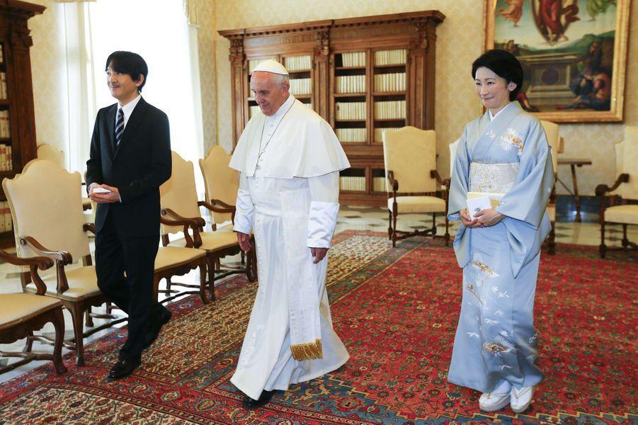 Le prince Fumihito d'Akishino et la princesse Kiko du Japon avec le pape François au Vatican, le 12 mai 2016