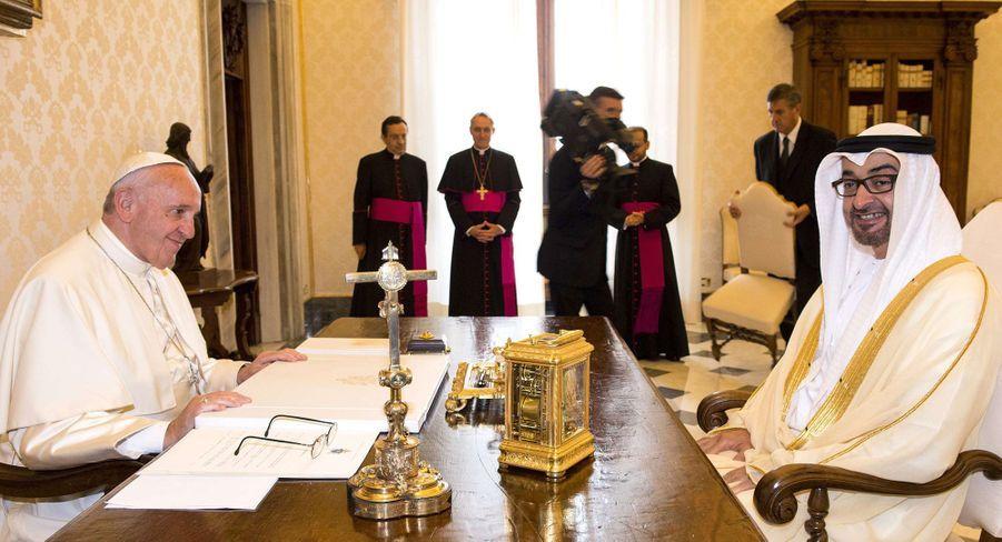 Le prince héritier d'Abu Dhabi Sheikh Mohammed bin Zayed al-Nahyan avec le pape François au Vatican, le 15 septembre 2016