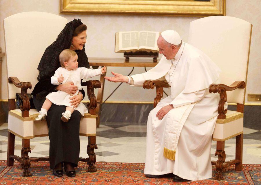 La reine Silvia de Suède et la princesse Leonore avec le pape François au Vatican, le 27 avril 2015