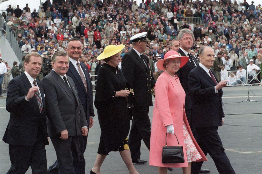 Les reines Beatrix des Pays-Bas et Elizabeth II d'Angleterre et le roi Harald V de Norvège avec François Mitterrand et Bill Clinton à Omaha-Beach, le 6 juin 1994