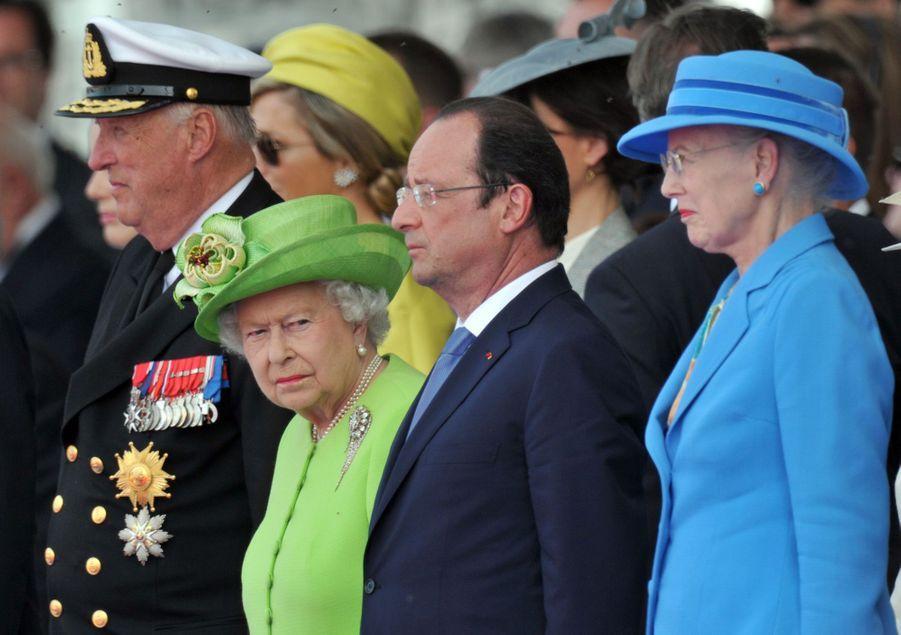 Le roi Harald V de Norvège et les reines Elizabeth II d'Angleterre et Margrethe II de Danemark avec François Hollande à Ouistreham, le 6 juin 2014