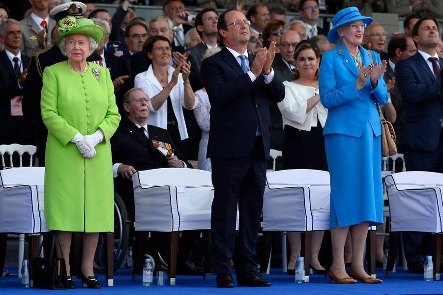 Les reines Elizabeth II d'Angleterre et Margrethe II de Danemark avec François Hollande à Ouistreham, le 6 juin 2014