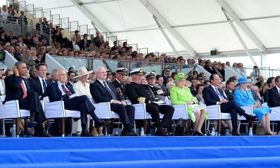 Le roi Harald V de Norvège et les reines Elizabeth II d'Angleterre et Margrethe II de Danemark avec François Hollande et Barack Obama à Ouistreham, le 6 juin 2014