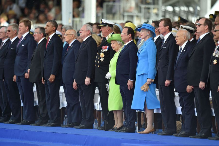 Les rois Philippe de Belgique, Willem-Alexander des Pays-Bas, Harald V de Norvège, les reines Elizabeth II d'Angleterre et Margrethe II de Danemark, le grand-duc Henri de Luxembourg, le prince Albert II de Monaco avec François Hollande et Barack Obama à Ouistreham, le 6 juin 2014