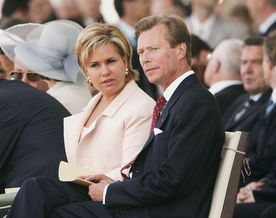 Le grand-duc Henri de Luxembourg avec sa femme la grande-duchesse Maria Teresa à Arromanches, le 6 juin 2004