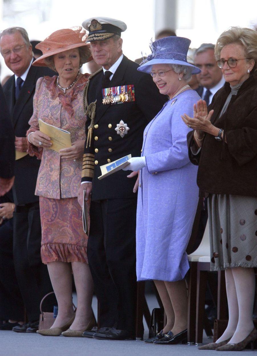 Les reines Beatrix des Pays-Bas et Elizabeth II d'Angleterre, le roi des Belges Albert II, le prince Philip et Bernadette Chirac à Arromanches, le 6 juin 2004