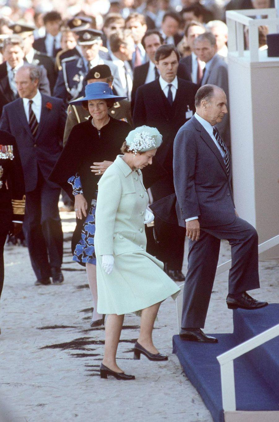 Les reines Elizabeth II d'Angleterre et Beatrix des Pays-Bas avec François Mitterrand à Utah-Beach, le 6 juin 1984