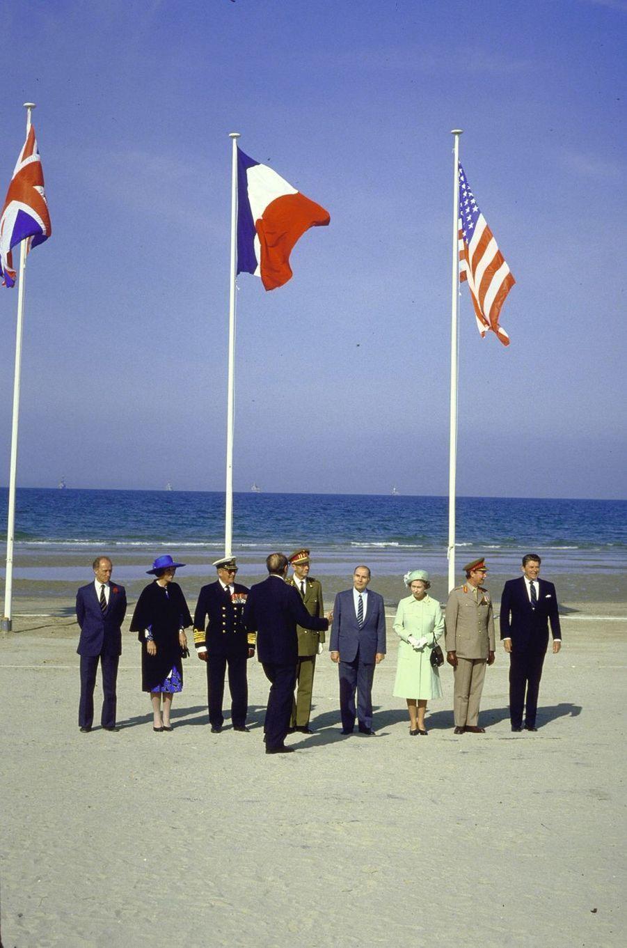 Les reines Beatrix des Pays-Bas et Elizabeth II d'Angleterre, les rois Olav V de Norvège et Baudouin de Belgique, le grand-duc Jean de Luxembourg avec Pierre Elliott Trudeau, François Mitterrand et Ronald Reagan à Utah-Beach, le 6 juin 1984