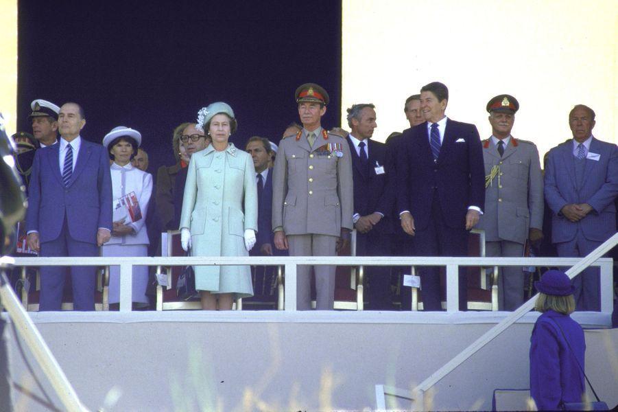 La reine Elizabeth II d'Angleterre et le grand-duc Jean de Luxembourg avec François Mitterrand et Ronald Reagan à Utah-Beach, le 6 juin 1984