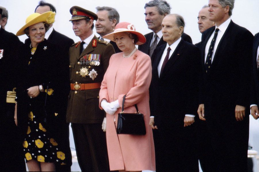 Les reines Beatrix des Pays-Bas et Elizabeth II d'Angleterre, le grand-duc Jean de Luxembourg avec François Mitterrand et Bill Clinton à Omaha-Beach, le 6 juin 1994
