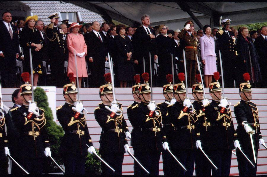 Les souverains étrangers avec François Mitterrand à Omaha-Beach, le 6 juin 1994