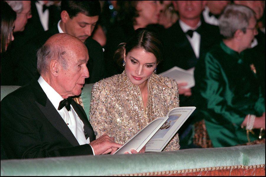 Valéry Giscard d'Estaing avec la reine Rania de Jordanie, le 3 décembre 2001