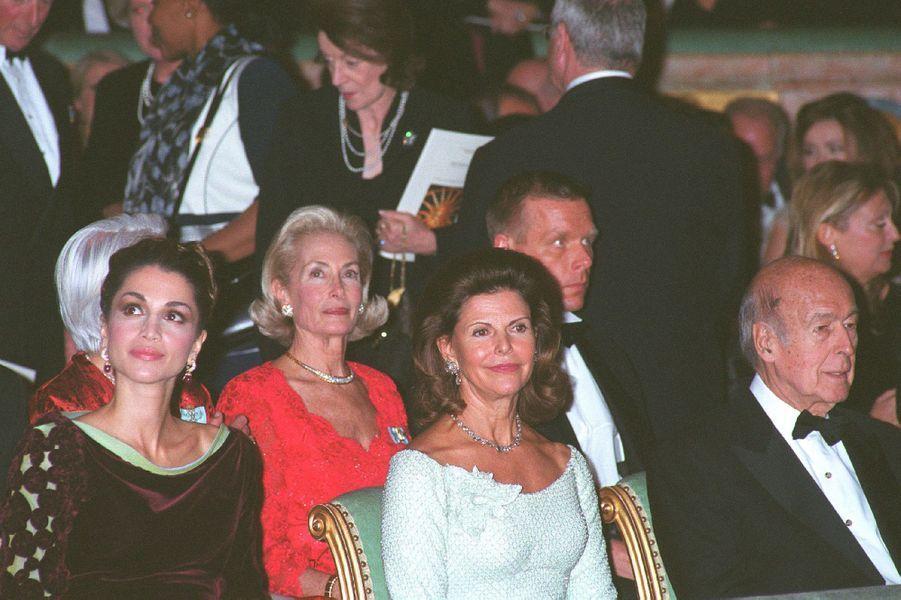 Valéry Giscard d'Estaing avec les reines Rania de Jordanie et Silvia de Suède, le 3 décembre 2002
