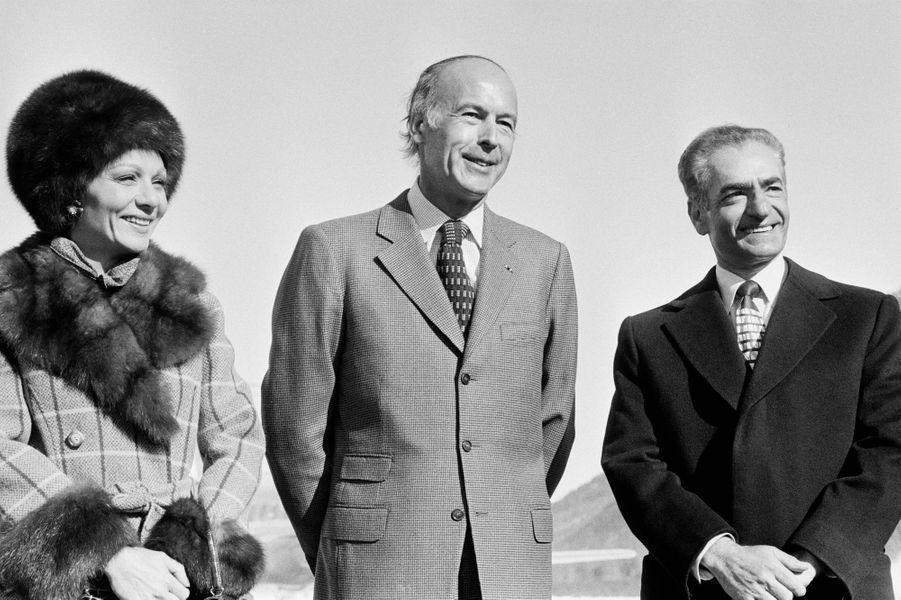 Valéry Giscard d'Estaing avec l'ancien chah d'Iran Mohammad Reza Pahlavi et l'ancienne impératrice Farah Diba, le 17 février 1975