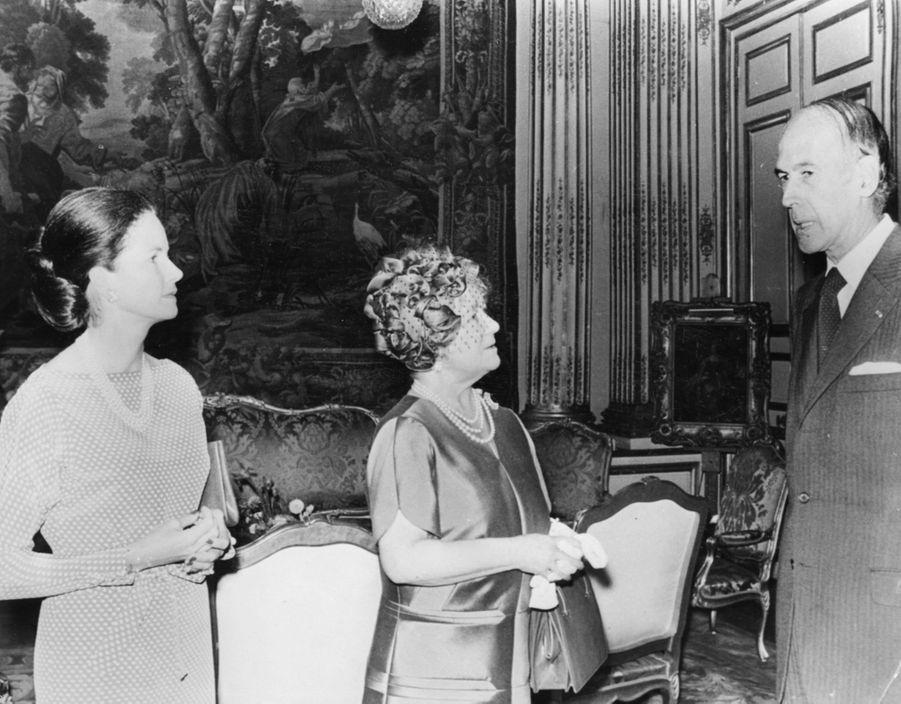 Valéry et Anne-Aymone Giscard d'Estaing avec l'ancienne reine consort Elizabeth, mère de la reine Elizabeth II, le 29 octobre 1976