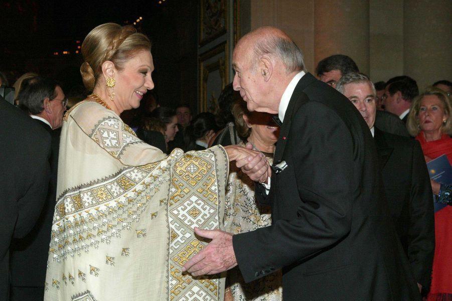Valéry Giscard d'Estaing avec l'ancienne impératrice d'Iran Farah Diba, le 8 décembre 2003