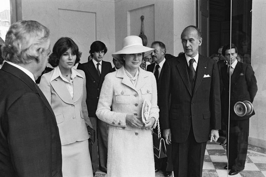 Valéry Giscard d'Estaing avec les princesses Caroline et Grace de Monaco, le 3 juin 1976