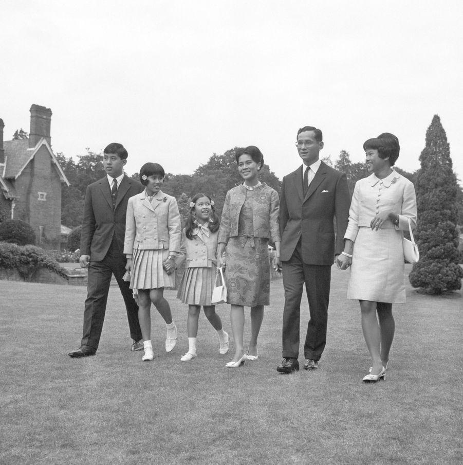 La princesse Ubolratana de Thaïlande avec ses parents, son frère et ses soeurs, le 27 juillet 1966