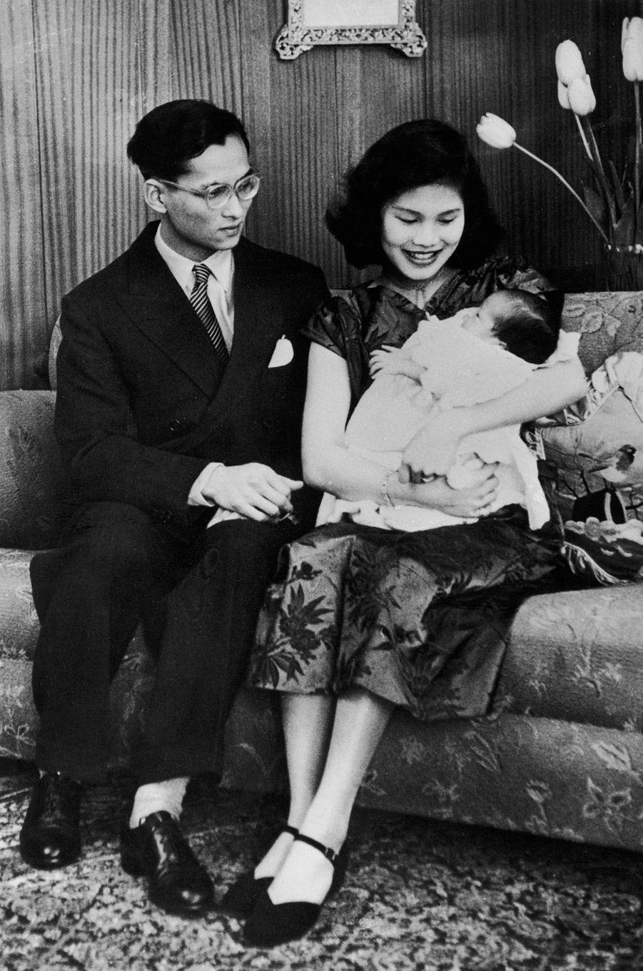 La princesse Ubolratana de Thaïlande bébé avec ses parents, le 2 mai 1951