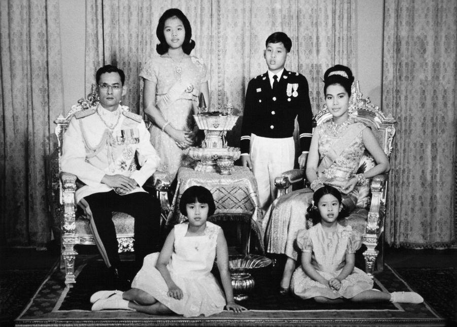 La princesse Ubolratana de Thaïlande avec la famille royale à Bangkok, dans les années 1960