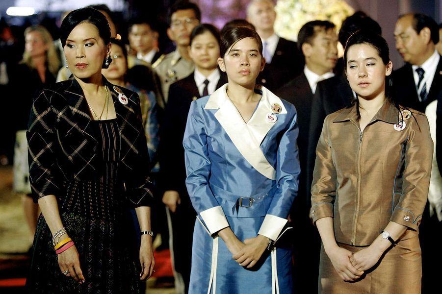 La princesse Ubolratana de Thaïlande avec ses filles à une cérémonie pour le 1er anniversaire du tsunami, le 26 décembre 2005