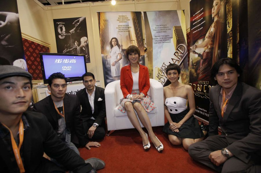 La princesse Ubolratana de Thaïlande à Hong Kong devant l'affiche d'un de ses films, le 24 mars 2010